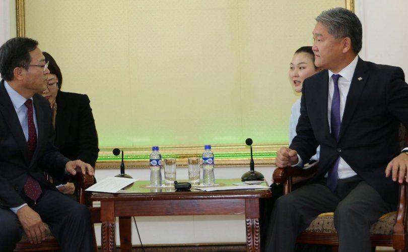 И Ёнг-Пёо тэргүүтэй зочид төлөөлөгчдийг хүлээн авч уулзав