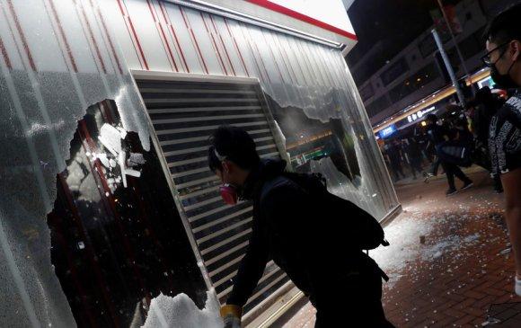 Хонконгийн тэмцэгчид буруу банк руу халдсандаа хүлцэл өчжээ
