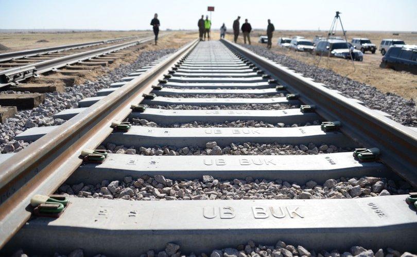 Тавантолгой-Зүүнбаян чиглэлийн төмөр замын рейльс угсарч эхэллээ