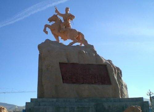 Төв талбайд Д.Сүхбаатарын хөшөөг барьжээ /1946.11 сар/