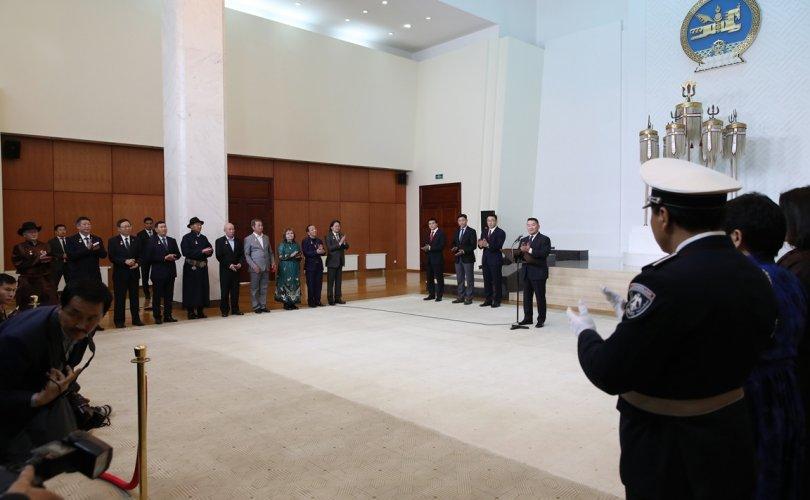 Ерөнхийлөгч зарлиг гаргаж Төрийн дээд цол, одон медаль гардуулаа
