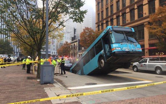 Питсбург: Зам цөмөрч автобус талдаа хүртэл цөмөрсөн нүх рүү оржээ