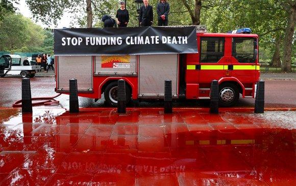 """Дэлхийн дулаарлын эсрэг тэмцэгчид """"цус"""" шүршжээ"""