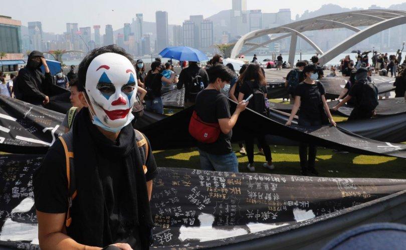 Хонгконгийн тэмцэгчид жокерийн дүрийг бэлгэ тэмдэгээ болгов
