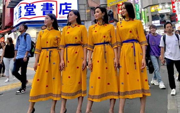 Шар дээлтэй монгол охид Японы Шибүяа гудамжийг чимжээ