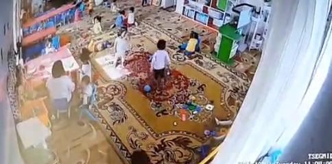 Багш нар хоёр настай хүүг скочоор хүлж, 30 минут суулгажээ