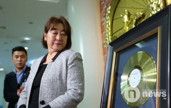 """ФОТО: Шарав агсны """"Алтан пянз""""-ыг Төрийн түүхийн музейд хадгална"""