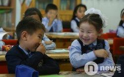 """""""Нэг ангид хүүхэд хоорондоо 1-1.5 метр зайтай сууна"""""""