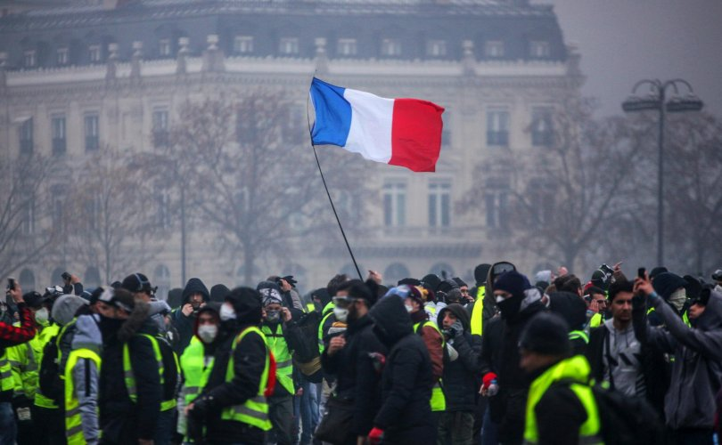 """Францын """"шар хантаазтнууд"""" нэг жилийн ойн дээрээ дахин жагсав"""