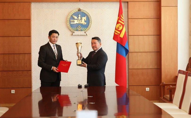 """Монгол Улсын Ерөнхийлөгч Х.Баттулгад """"Токио олимп"""" сангийн цомыг гардууллаа"""