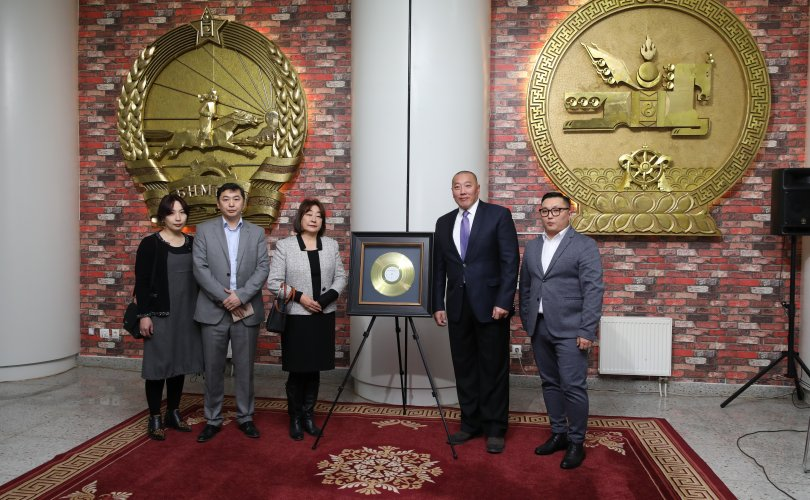 """""""Чингис хаан"""" одонт хөгжмийн зохиолч Б.Шарав агсны """"Хоёрдугаар симфони"""" алтан пянзыг Төрийн түүхийн музейд хадгалууллаа"""