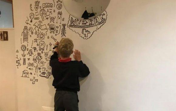 Зураач хүү рестораны хана чимэглэх ажилтай болжээ