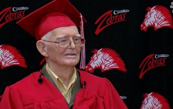 95 настай ахмад дайчин ахлах сургуулийнхаа дипломыг гардлаа