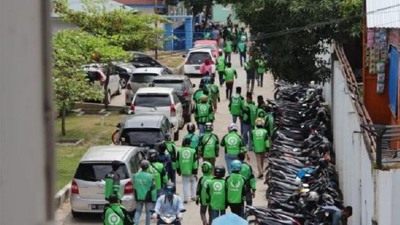 Индонезийн мотоцикль таксины жолоочид эндсэн нярайн цогцсыг булаан авчээ