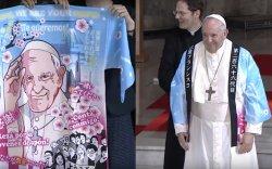 Пап лам Францисын авсан бэлэг