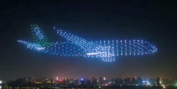 Хятадын тэнгэрт 800 дрон хөөргөж аварга том онгоц бүтээжээ
