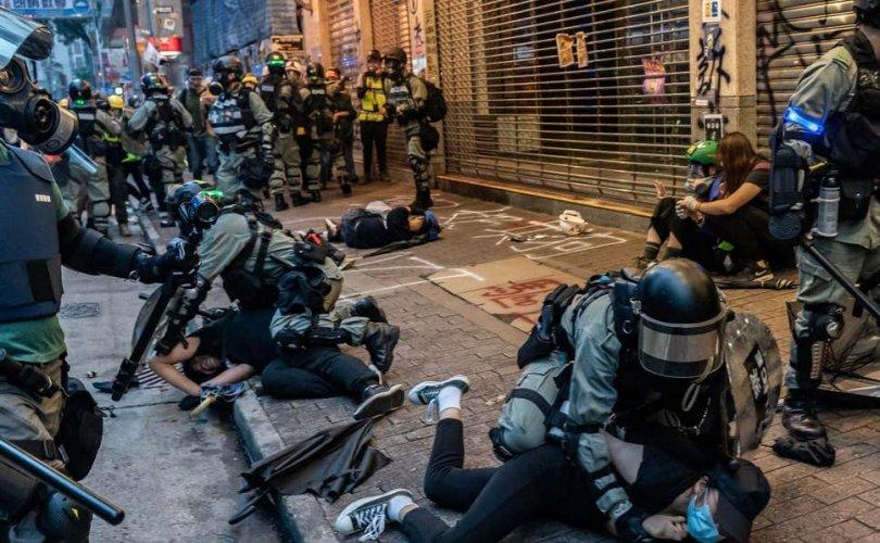 Хонгконгийн жагсаалын үеэр хүний амь үрэгджээ