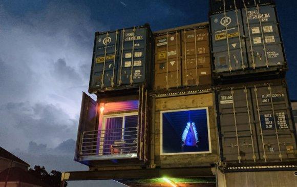 11 контейнер ашиглан мөрөөдлийн 235 метр квадрат байшингаа барьжээ
