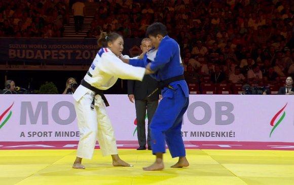 Монголын бөхчүүд медалийн төлөө барилдана