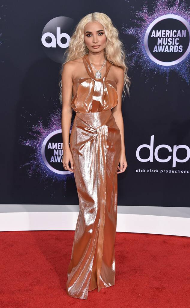 rs_634x1024-191124164046-634-pia-mia-2019-AMAs-red-carpet-fashion