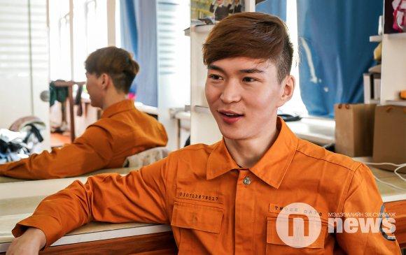 """""""Тhe Hu"""" хамтлагийн дуун дээр метронд бүжиглэсэн монгол залуу"""
