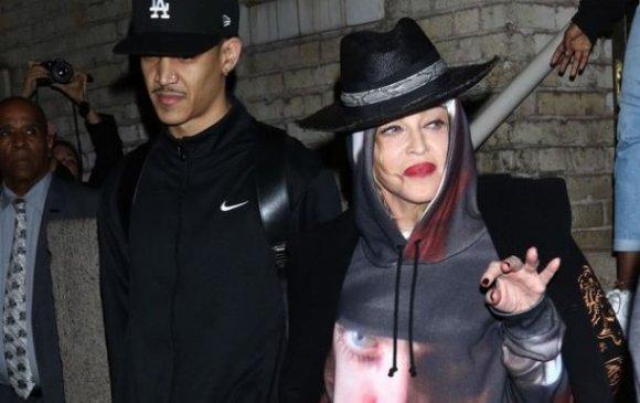 61 настай Мадоннагийн шинэхэн найз залуу