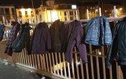 Орон гэргүй хүмүүст зориулж өмсөхгүй хувцасаа гүүрэн дээр өлгөжээ