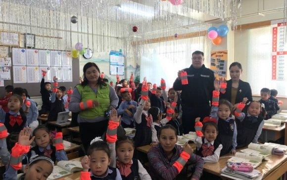 150 хүүхдэд цацруулагчтай ханцуйвч өгөв