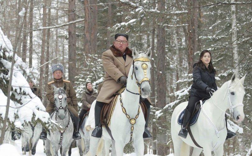 Ким Жон Ун дахин цагаан морио унан гарч ирлээ