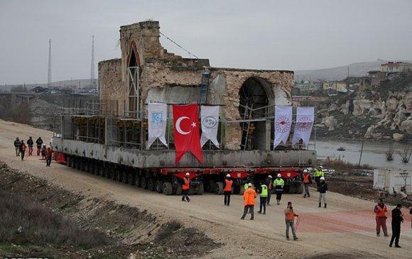 Туркууд 1700 тонн жинтэй сүмээ тэргээр нүүлгэв