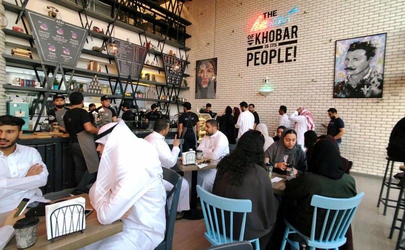 Саудын Араб ресторанд эр, эмээрээ ялгарч суудаг журмаа цуцалжээ