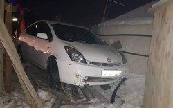 ТЦА: Согтуу жолооч айлын хашааг мөргөжээ