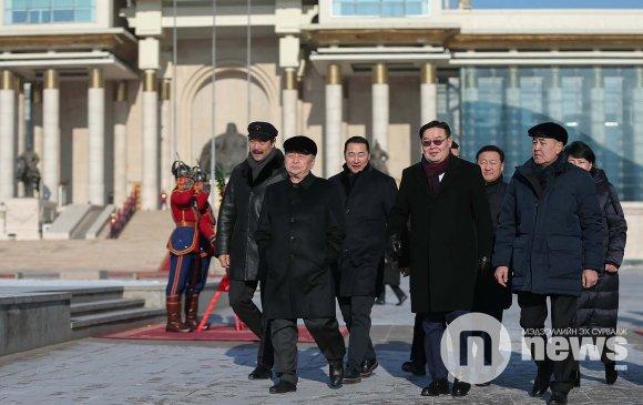 ФОТО: Д.Сүхбаатарын хөшөөнд цэцэг өргөж, Их эзэн Чингис хааны хөшөөнд хүндэтгэл үзүүллээ