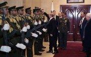 Путин малгайгаа унагасан хүндэт харуулын малгайг өмсгөж өгчээ