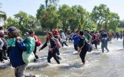 Зуу зуун цагаач Мексикийн өмнөд хил дээрх голыг гаталжээ