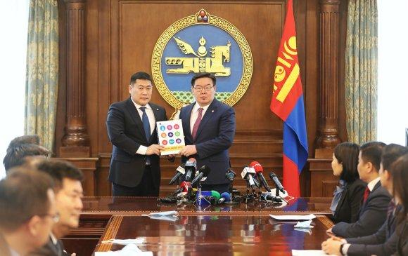 """""""Алсын хараа 2050"""" Монгол Улсын урт хугацааны хөгжлийн бодлогын баримт бичгийн төслийг УИХ-ын дарга Г.Занданшатарт өргөн барилаа"""