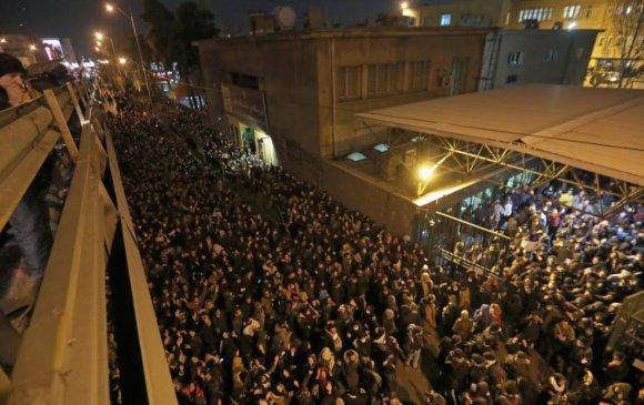 Иранчууд шашны тэргүүнээ огцрохыг шаардан жагсав