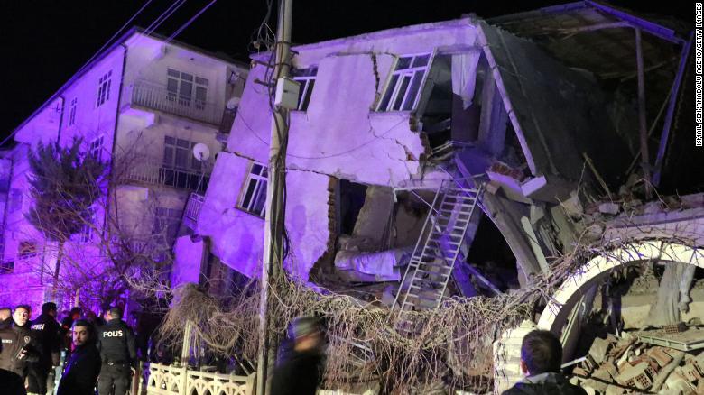 Турк улсад газар хөдлөлтийн улмаас 18 хүн амиа алджээ