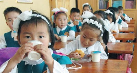 Цэцэрлэгийн хүүхдийн хоолонд сүү, тараг, жимс түлхүү өгч байна