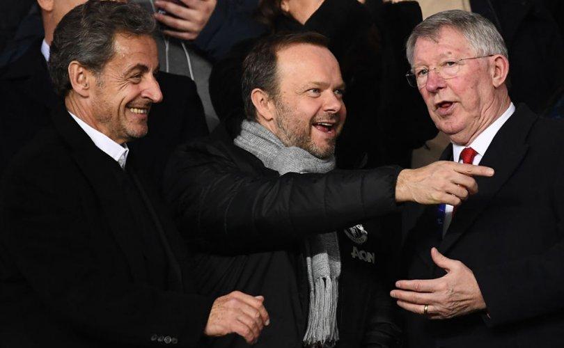 Манчестер Юнайтедын фэнүүд багийнхаа дэд ерөнхийлөгчийн гэрт халджээ