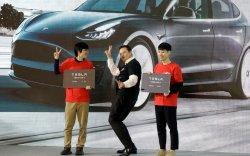 Теслагийн үйлдвэрийн нээлтэд Элон Маск бүжиглэжээ