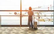 Онгоцны буудал дээр охиноо үлдээгээд гэр бүлээрээ аяллаар нисчээ