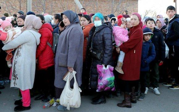 Казахууд хөрш Киргиз рүү дүрвэж эхлэв