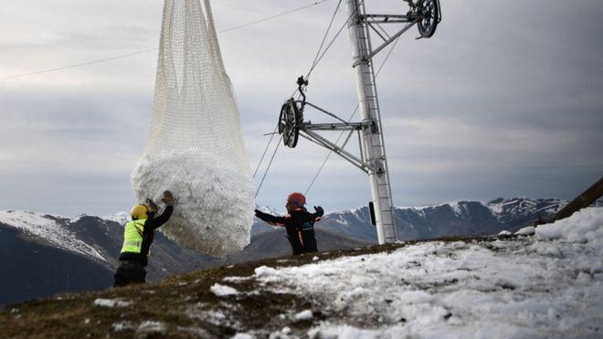 Нисдэг тэргээр 50 тонн цас зөөвөрлөжээ