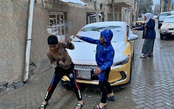 Иракийн нийслэлд 12 жилийн дараа цас орж, оршин суугчдыг баясгав
