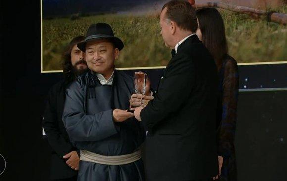 """Ч.Ганбатын """"Уурга шүүрлээ"""" бүтээл хүрэл медаль хүртжээ"""