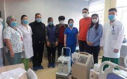 Г.Чинбат, Н.Алтанзул нар эмнэлгүүдэд аппарат бэлэглэжээ