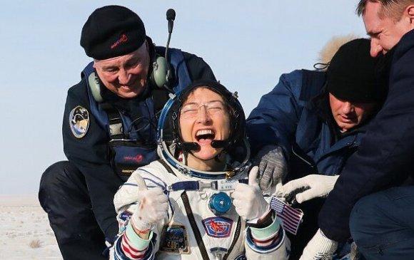 Жилийн дараа гэртээ ирсэн сансрын нисгэгчийг нохой нь угтжээ