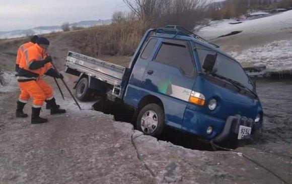 Мөсөнд цөмөрсөн тээврийн хэрэгслийг гаргав