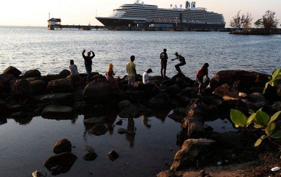 14 хоног далайд хөвсөн хөлөг Камбожид зангуугаа хаялаа